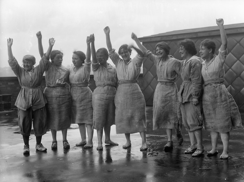 women and world war one A new book reveals how land girls, shorter hem lines and coco chanel marked a sea change in the way women dressed after world war one.