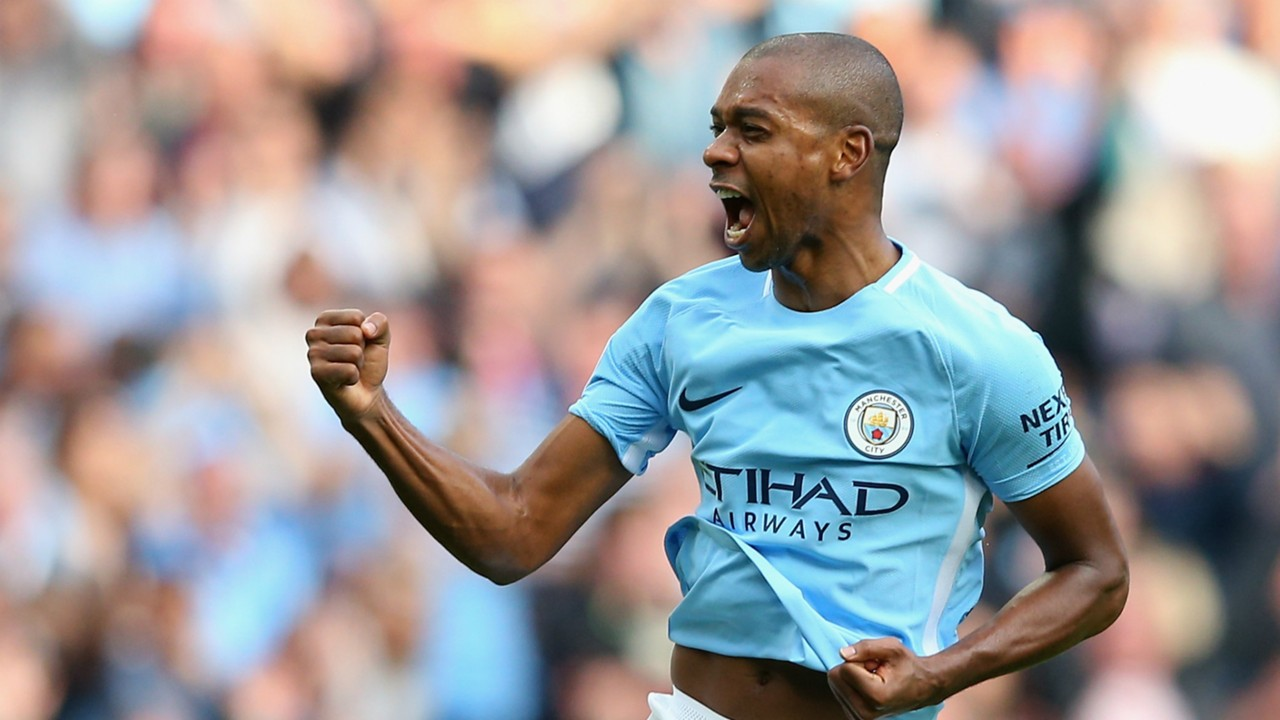 Fernandinho signs contract extension with Manchester City